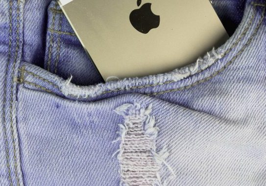Apple-iPhone-5s-Gold-in-a-blue-denim-pocket-000071429117_Full